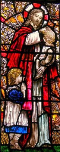 """Кристофер Уолл - """"Иисус, благословляющий детей"""", витраж в приходской церкви Святой Троицы в Брэкнелле"""