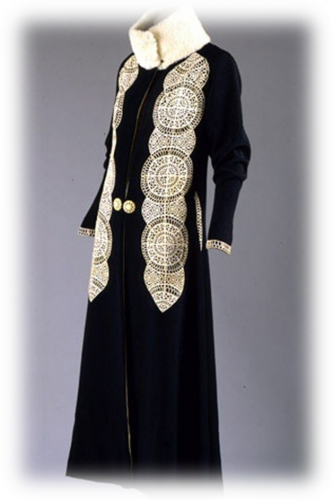 Пальто из черного шерстяного файя с аппликацией из лайки и отделкой белым каракулем, 1910-е