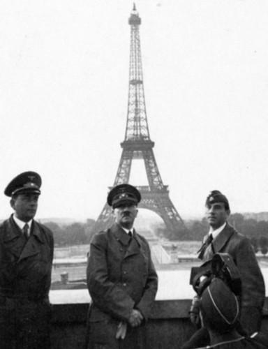 Альберт Шпеер, Адольф Гитлер и Арно Брекер на фоне Эйфелевой башни