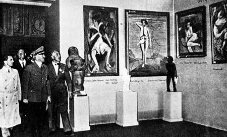 """Гитлер и Геббельс на открытии выставки """"дегенеративного искусства"""""""