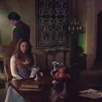 Даже в изобилующей стульями и креслами комнате дяди Артура приютились эти канделябры.