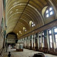 В будни Зал героев предстает перед посетителями в качестве музейного экспоната, зато, на время съемок, он, как Золушка, превращается в роскошный Тронный зал.